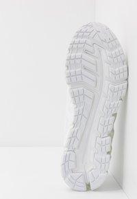 ASICS - GEL-QUANTUM 180 5 - Chaussures de running neutres - white - 4