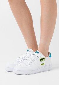 Nike Sportswear - AIR FORCE 1 - Joggesko - white/volt/laser blue/black - 0