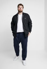 Polo Ralph Lauren Big & Tall - DOUBLE KNIT TECH - Pantaloni sportivi - aviator navy - 1