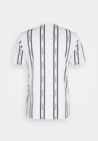 Calvin Klein - VERTICAL LOGO STRIPE - T-shirt con stampa - white - 6