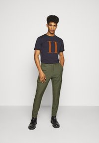 Les Deux - ENCORE  - T-shirts med print - dark navy/rusty brown - 1
