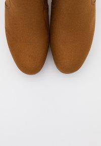 ONLY SHOES - ONLBRIN LIFE SHAFT BOOTIE  - Ankelboots med høye hæler - cognac - 5