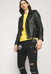 The Couture Club - NEON GRAFITTI CARROT FIT JEANS - Jeans slim fit - washed black - 3