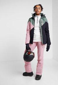 Brunotti - SHEERWATER WOMEN SNOWJACKET - Snowboard jacket - black - 1