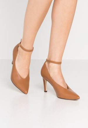 LEATHER PUMPS - Avokkaat - cognac