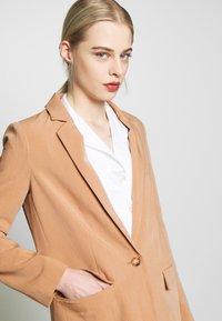 Object - OBJSIRINGA - Krátký kabát - humus - 4