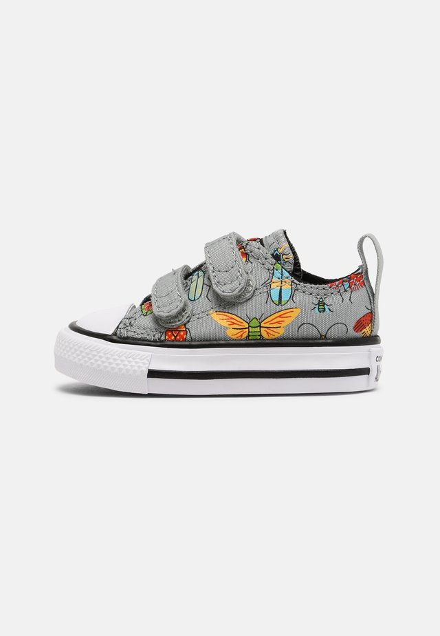 CHUCK TAYLOR ALL STAR BUGGED OUT UNISEX - Trainers - ash stone/black/bright poppy