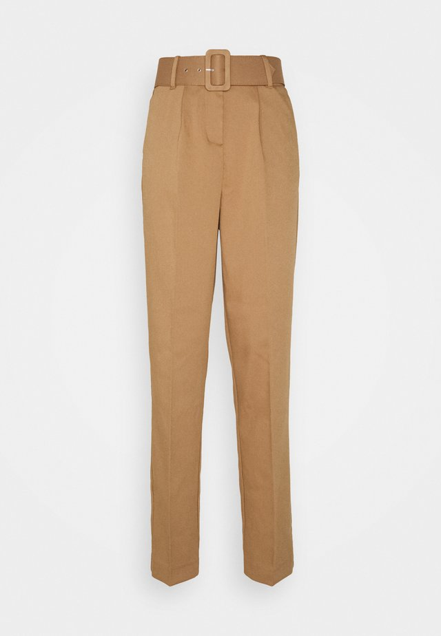 VMJULIE CARROT PLEAT ANK PANT - Pantalon classique - tobacco brown