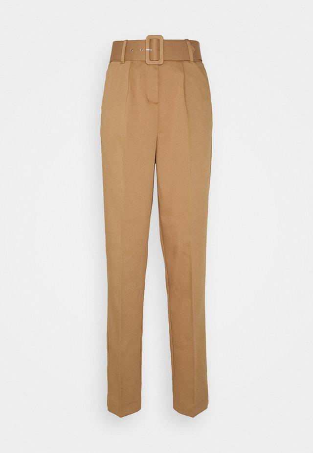 VMJULIE CARROT PLEAT ANK PANT - Spodnie materiałowe - tobacco brown