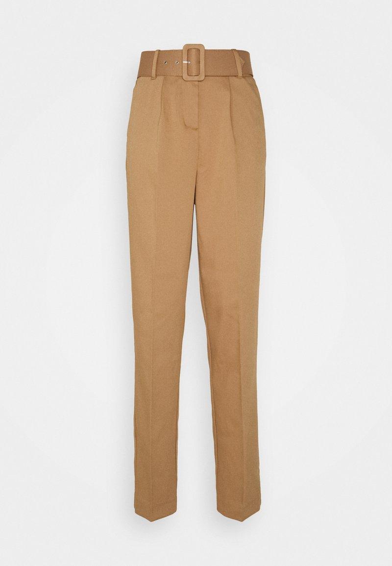 Vero Moda Tall - VMJULIE CARROT PLEAT ANK PANT - Trousers - tobacco brown