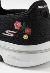 Skechers Performance - GO WALK 5 GARLAND - Chaussures de course - black/white - 5