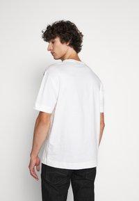 Emporio Armani - T-shirt imprimé - white - 2