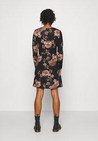 ONLY - ONLELCOS EMMA ELASTIC DRESS - Pletené šaty - black - 2