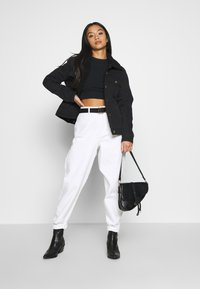 Missguided Petite - RIOT HIGHWAIST PLAIN MOM - Relaxed fit jeans - white - 1