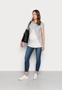 Anna Field MAMA - T-shirts med print - mid grey mélange - 1