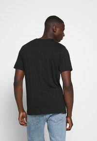 Nike Sportswear - TEE - Print T-shirt - black/pure platinum - 2