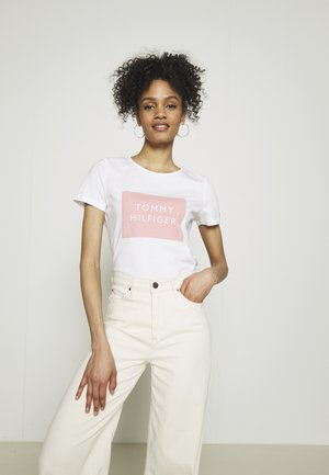 REGULAR BOX TEE - T-shirts med print - white