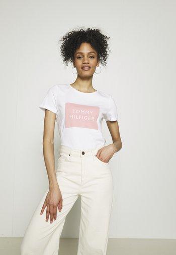 REGULAR BOX TEE - T-shirts med print - white