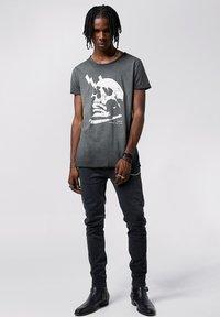 Tigha - WREN - Print T-shirt - vintage black - 1