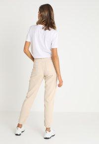 BDG Urban Outfitters - MOM - Kangashousut - white - 2