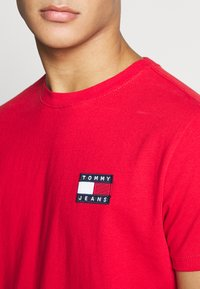 Tommy Jeans - BADGE TEE  - T-shirt basic - deep crimson - 4