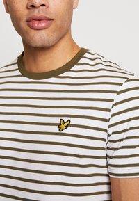 Lyle & Scott - BRETON STRIPE  - Print T-shirt - lichen green/ white - 4
