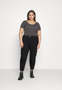 Missguided Plus - CARGO - Relaxed fit jeans - black - 1
