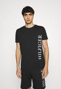 Tommy Hilfiger - LARGE LOGO TEE - T-shirt imprimé - black - 0