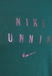 Nike Performance - RUNNING DIVISION MILER - Printtipaita - dark teal green - 6