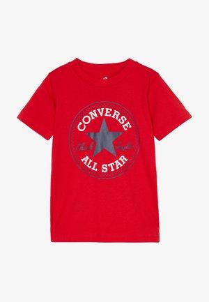 CORE CHUCK PATCH TEE  - Camiseta estampada - university red