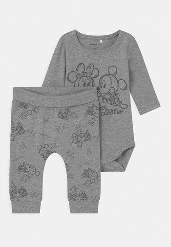 NBNMICKEY SET UNISEX - Spodnie materiałowe - grey melange