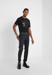 Versace Collection - GIROCOLLO REGOLARE - Print T-shirt - nero - 1