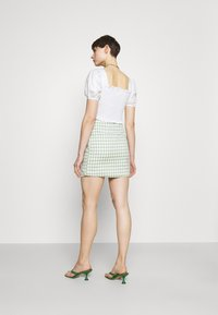 Glamorous - PUFF SLEEVE RUCHED CROP - T-shirt con stampa - white - 2