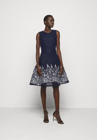 DKNY - EMBROIDERED FIT AND FLARE - Robe fourreau - midnight/ivory - 1