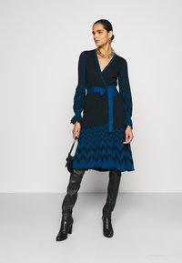 Diane von Furstenberg - CHELSEY DRESS - Jumper dress - black/harringbone dark ocean - 1