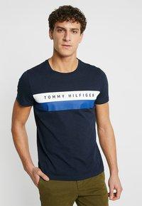 Tommy Hilfiger - LOGO BAND TEE - T-shirt z nadrukiem - blue - 0