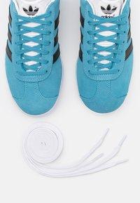adidas Originals - GAZELLE UNISEX - Sneakers basse - hazel blue/core black/footwear white - 5