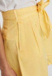 Vero Moda - Denim shorts - banana cream - 4