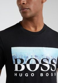 BOSS - TREK  - Print T-shirt - black - 6