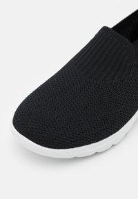 Skechers Performance - GO WALK AIR - Zapatillas para caminar - black/white - 5