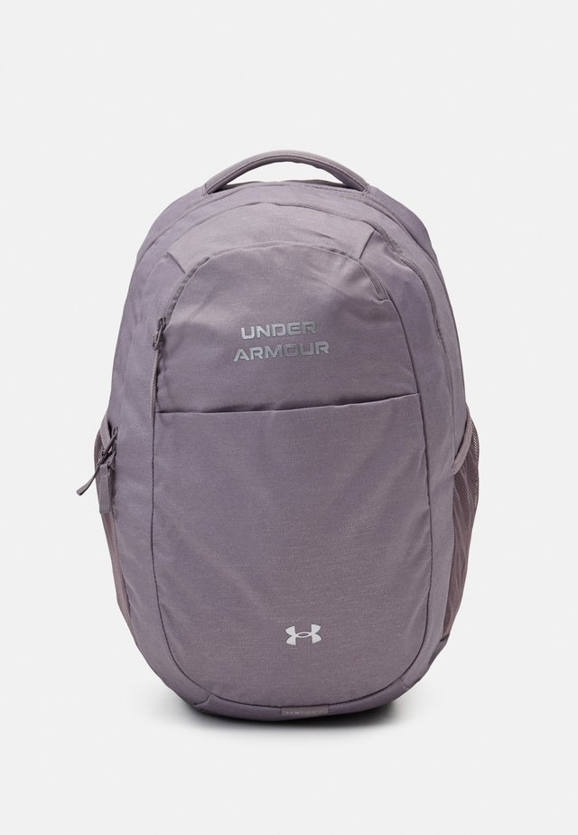 HUSTLE SIGNATURE BACKPACK - Batoh - slate purple