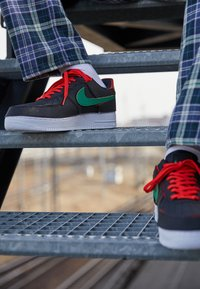 Nike Sportswear - AF1/1 UNISEX - Sneakers laag - black/chile red/pine green - 2