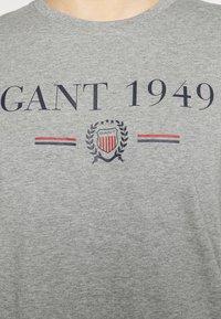 GANT - 1949 CREST  - T-shirt med print - grey melange - 6