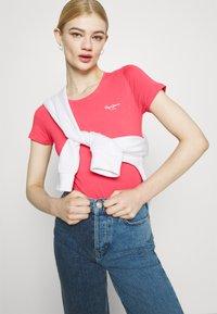 Pepe Jeans - BELLROSE - Basic T-shirt - dark chicle - 3