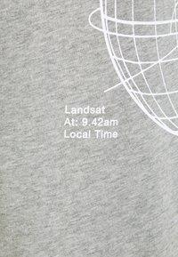Nike Sportswear - T-shirt med print - grey heather - 5