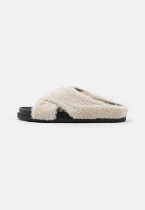 HOME HUBBING  - Slippers - black/beige