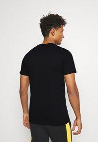 Mitchell & Ness - CHAMPIONS TEE - Club wear - black - 2
