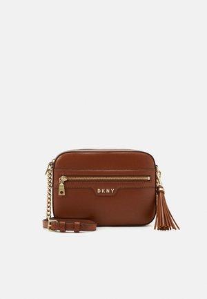 POLLY CAMERA BAG SUTTON - Across body bag - caramel