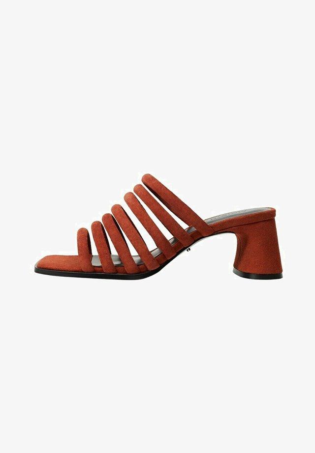 Pantofle na podpatku - rotbraun