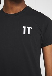 11 DEGREES - CORE MUSCLE FIT - Print T-shirt - black - 5